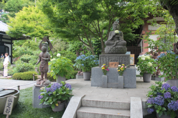 An alter to Buddha